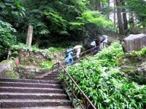 1015段を登る(山寺で)
